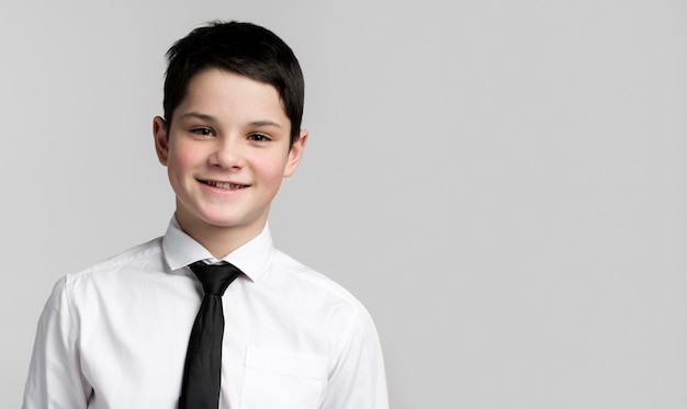 Retrato de jovem sorridente posando