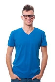 Retrato de jovem sorridente usando óculos da moda