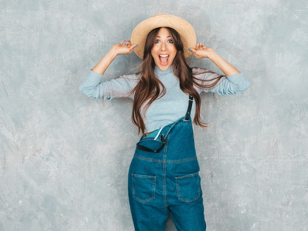 Retrato de jovem surpreso linda olhando. menina na moda em roupas de verão casual. chocado.