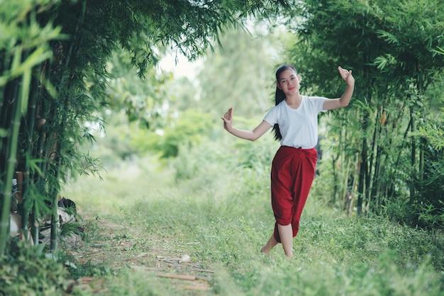 Retrato de jovem tailandesa na arte cultura tailândia dançando, tailândia