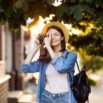 Retrato de jovem tirando fotos de férias