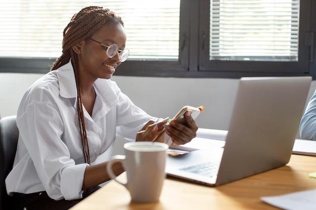 Retrato de jovem trabalhando em seu laptop em uma empresa startup