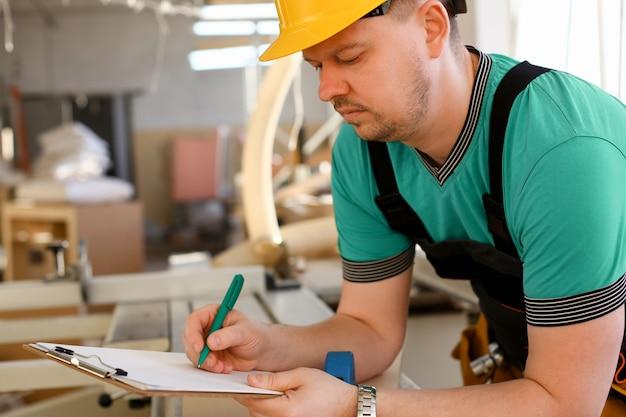 Retrato de jovem trabalhando