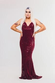 Retrato de jovem transgênero vestido vermelho com lantejoulas