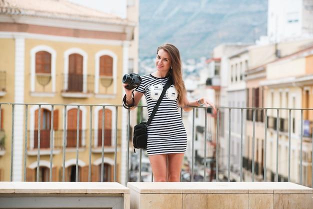 Retrato, de, jovem, turista, com, câmera