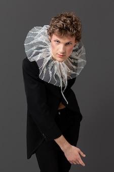 Retrato de jovem usando maquiagem e roupas elegantes