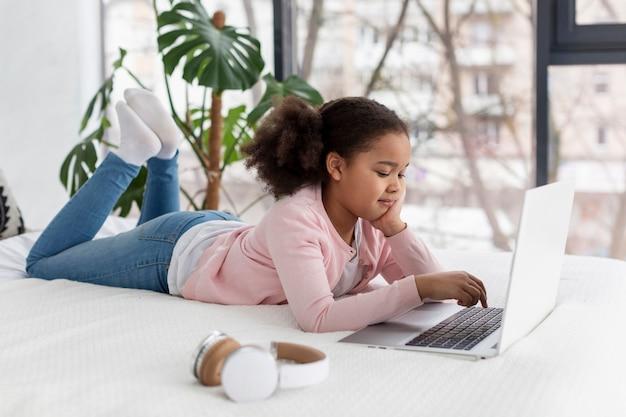 Retrato de jovem usando o laptop