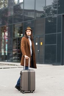 Retrato de jovem viajante bonito