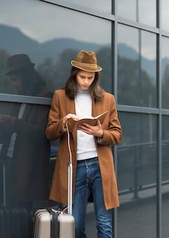 Retrato de jovem viajante lendo
