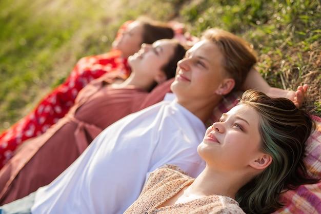 Retrato de jovens bonitos nas férias de verão
