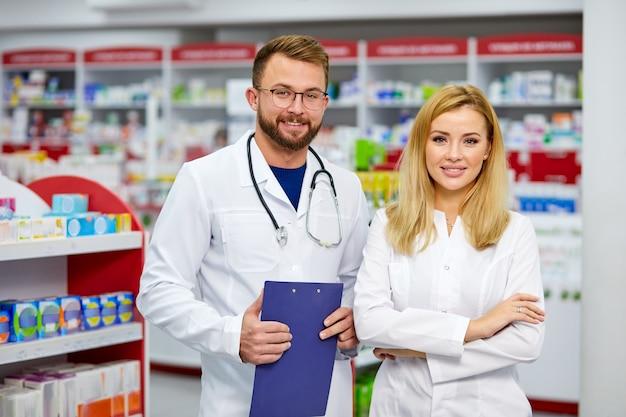 Retrato de jovens colegas caucasianos, trabalhadores de farmácia