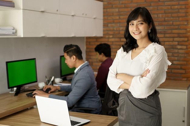 Retrato de jovens colegas de trabalho felizes