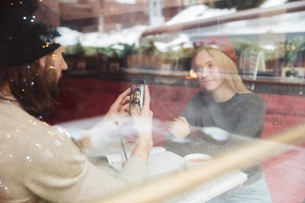 Retrato de jovens descolados no café por trás do vidro