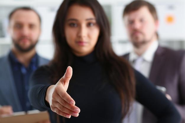 Retrato de jovens empresários alegres na mulher do escritório emprestar mão