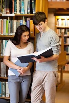 Retrato de jovens estudantes lendo um livro