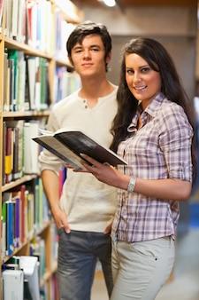 Retrato de jovens estudantes segurando um livro