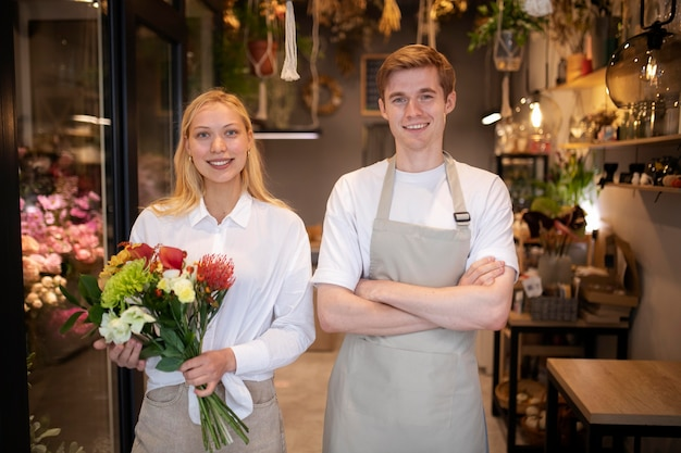 Retrato de jovens floristas trabalhando juntos