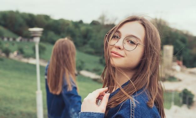 Retrato de jovens garotas no parque da cidade