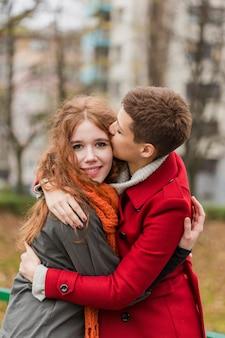 Retrato de jovens mulheres doces juntos