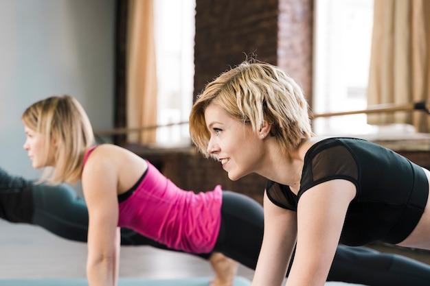Retrato de jovens mulheres treinando juntos