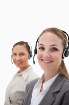 Retrato de jovens operadores usando fones de ouvido