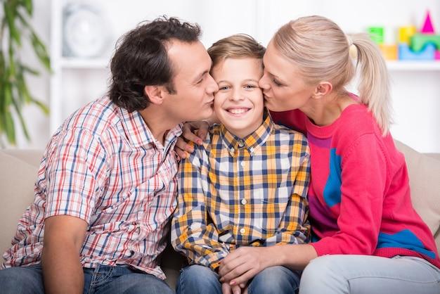 Retrato de jovens pais e filho.