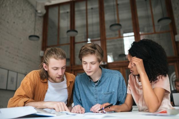 Retrato de jovens trabalhando em escritórios