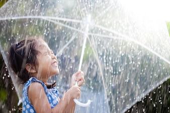 Retrato de linda garota asiática com guarda-chuva