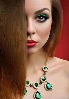 Retrato de linda garota com maquiagem, jóias