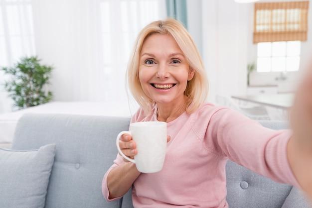 Retrato de linda mulher sênior sorrindo