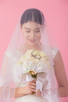 Retrato de linda noiva asiática em rosa