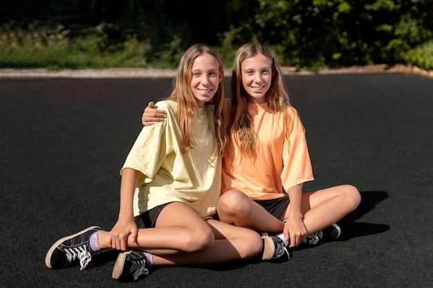 Retrato de lindas irmãs gêmeas