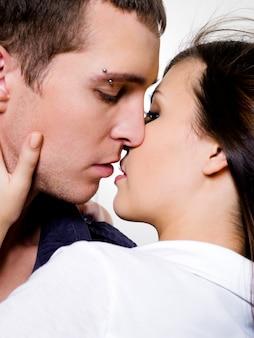Retrato de lindo casal posando