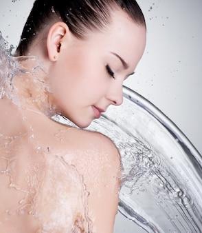 Retrato de lindo rosto feminino com água limpa