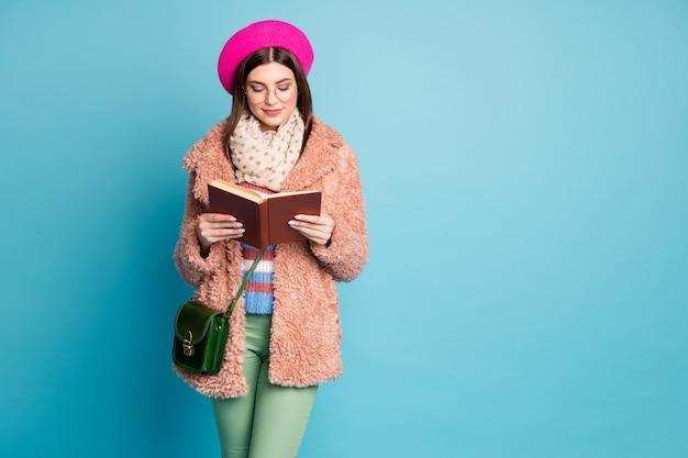 Retrato de livro de leitura de menina inteligente bem vestida