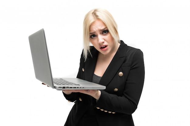 Retrato de loira de negócios em traje preto, posando com o laptop