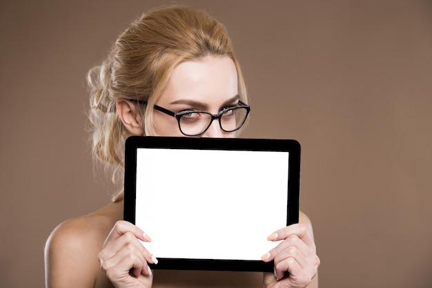 Retrato, de, loiro, em, óculos, com, um, tabuleta, em, mãos