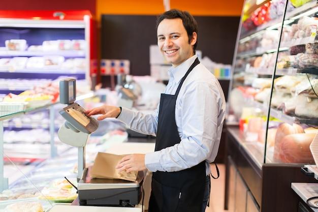 Retrato de lojista sorridente