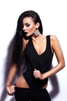 Retrato de look.glamor de alta moda modelo sexy caucasiano elegante morena jovem bonita com lábios pretos, maquiagem brilhante, com pele molhada limpa perfeita em pano preto