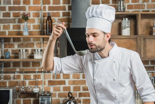 Retrato, de, macho, cozinheiro, provando, sopa, em, concha