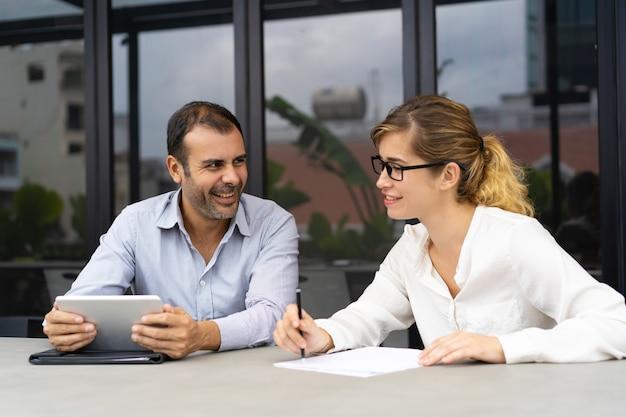 Retrato, de, macho fêmea, colegas, comunicar, em, escritório