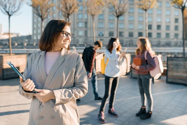 Retrato, de, maduro, sorrindo, professor feminino, em, óculos