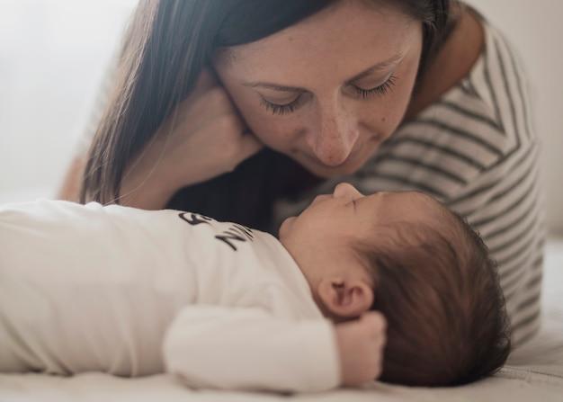 Retrato de mãe assistindo seu filho