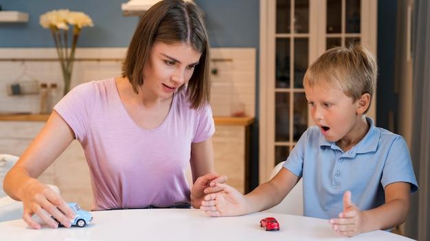 Retrato de mãe brincando com filho