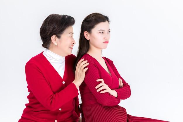 Retrato de mãe com filha briga isolada no branco
