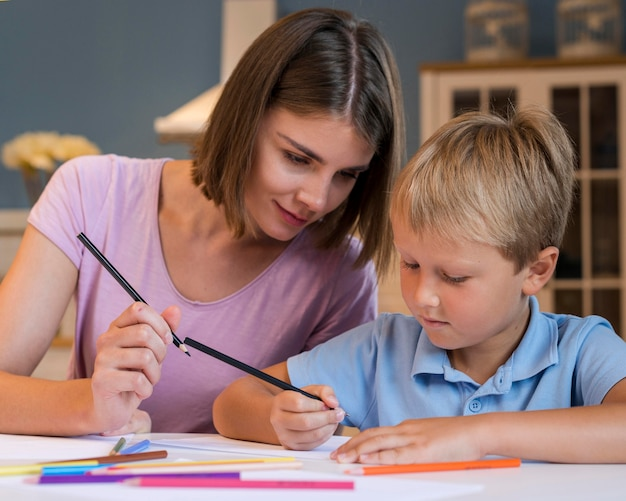 Retrato de mãe curtindo o tempo com o filho