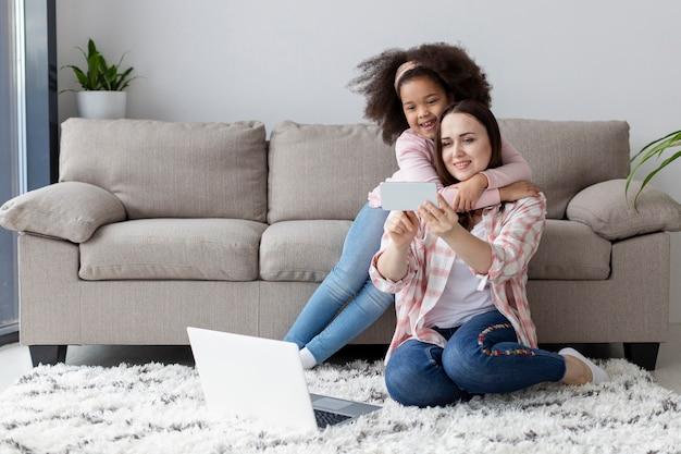 Retrato de mãe e filha felizes juntos
