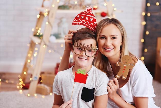 Retrato de mãe e filho com máscara de natal