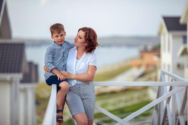 Retrato de mãe e filho de férias andando pelo hotel