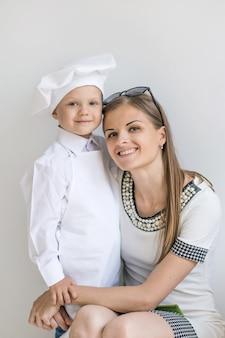 Retrato de mãe feliz e filho na forma de um chef